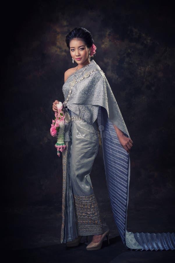 Asiatisk kvinna i traditionsklänning arkivfoto