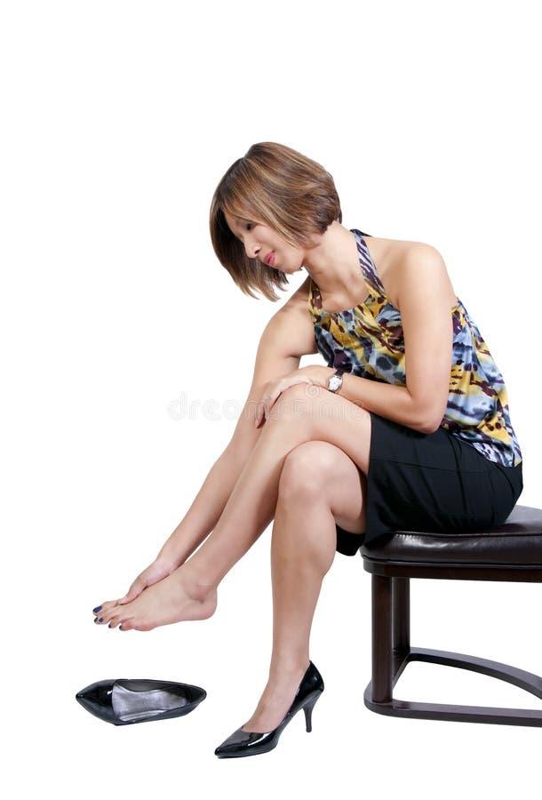 Asiatisk kvinna med öm fot royaltyfria bilder