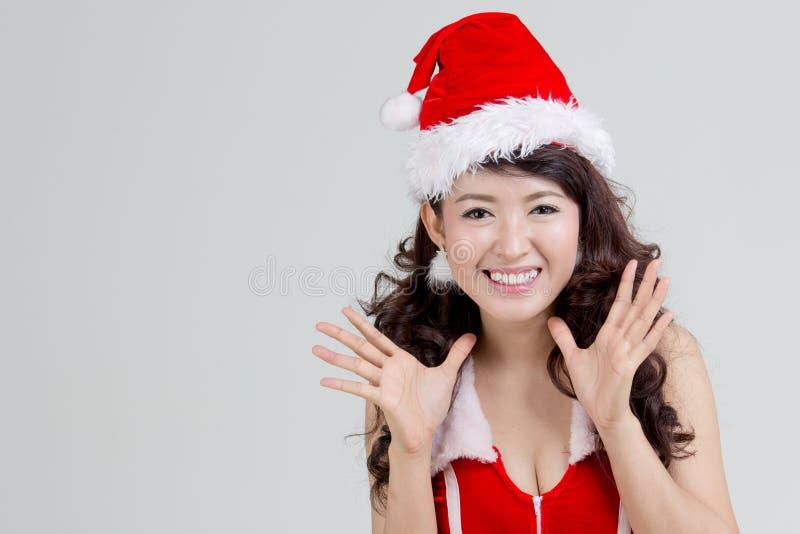 Asiatisk kvinna med den upphetsade santa klänningen arkivfoto