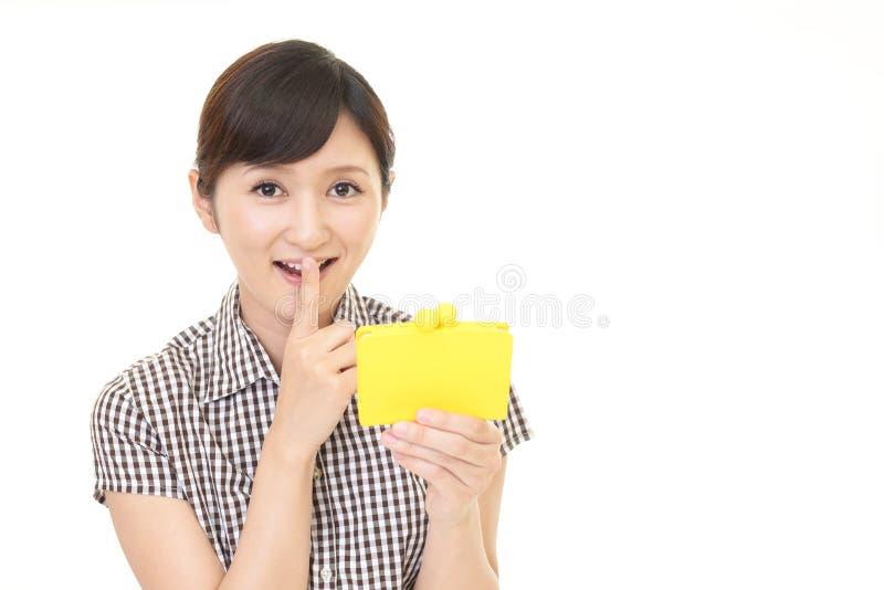 Asiatisk kvinna med en handväska arkivfoton