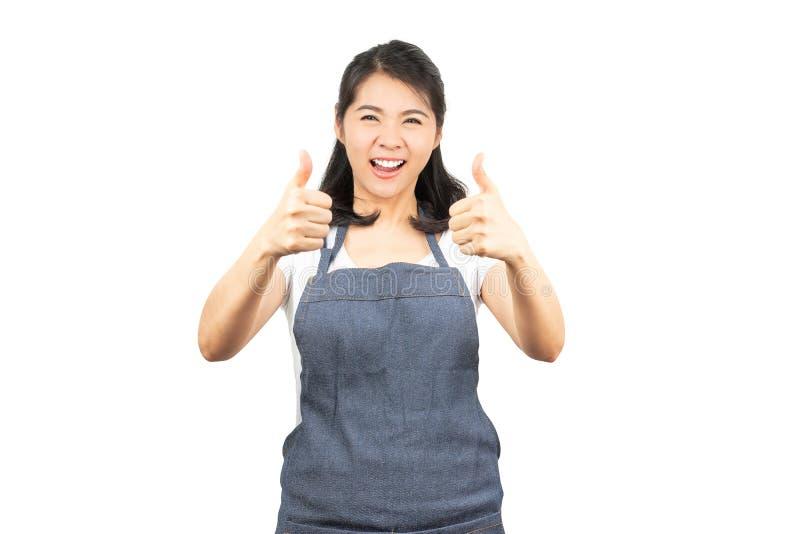 Asiatisk kvinna med förklädevisningtummen upp arkivbild
