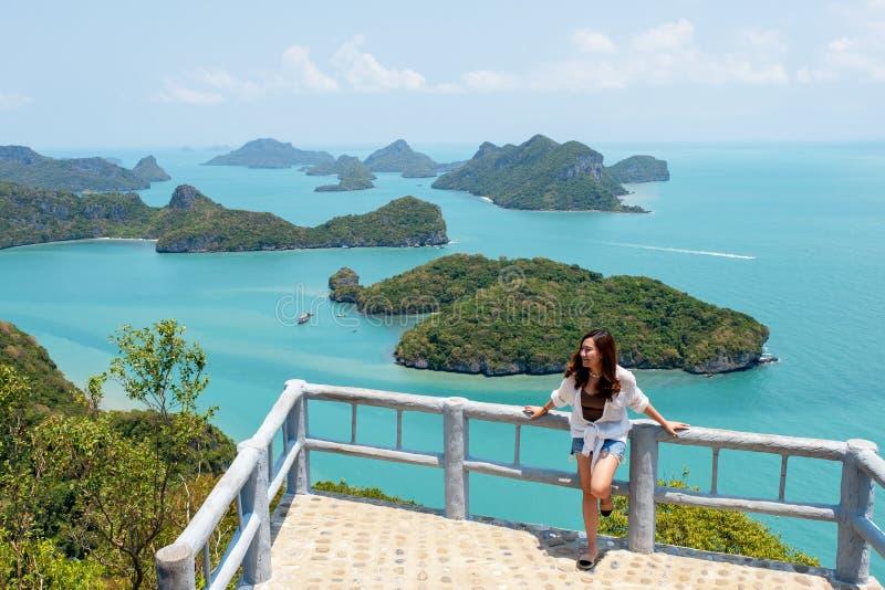 Asiatisk kvinna med härlig sikt av Mu Koh Angthong, Samui ö, Surat Thani, Thailand royaltyfri foto
