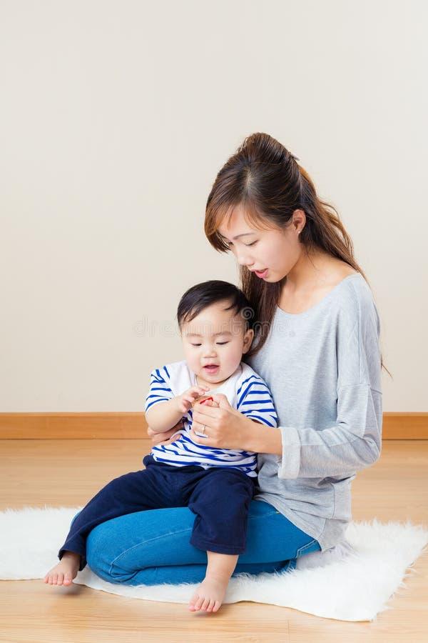 Asiatisk kvinna med hennes son fotografering för bildbyråer