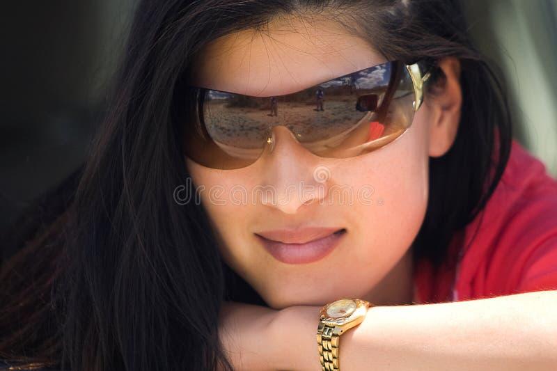 Asiatisk kvinna med solglasögon fotografering för bildbyråer