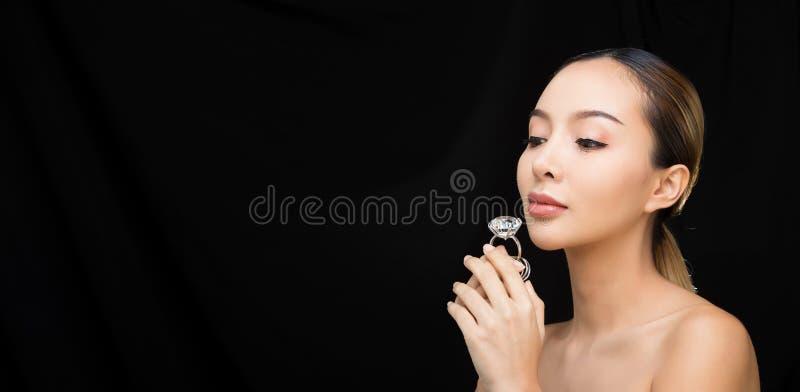Asiatisk kvinna, når att ha applicerat sminkhårstil royaltyfri fotografi