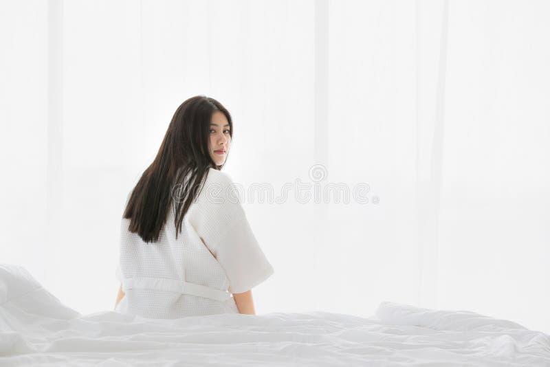 Asiatisk kvinna p? s?ng arkivfoton