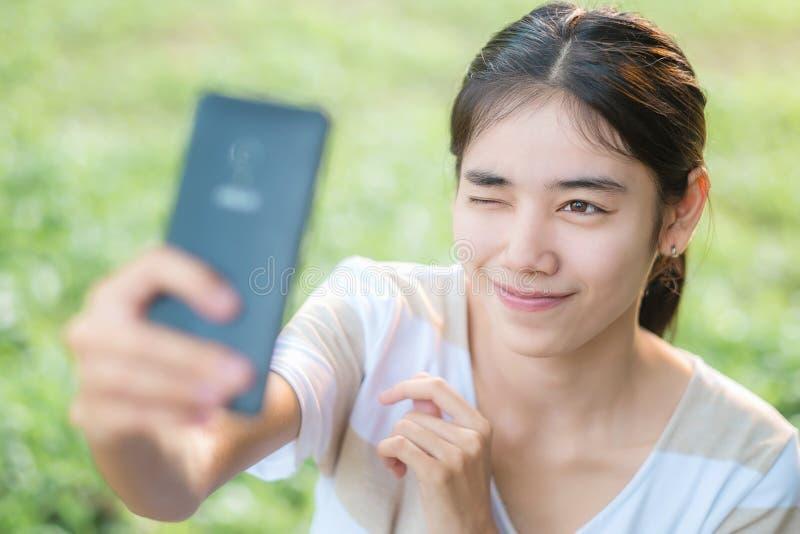 Asiatisk kvinna Selfie vid smartphonen arkivbilder