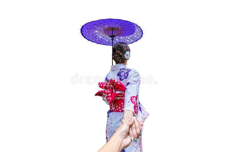 Asiatisk kvinna som bär den japanska traditionella kimonot med paraplyet på vit bakgrund arkivbilder