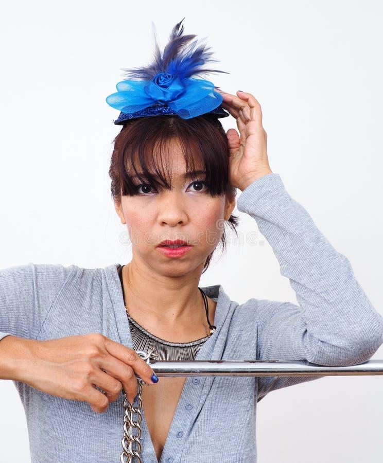 Asiatisk kvinna som bär det mini- hatthårgemet royaltyfri fotografi