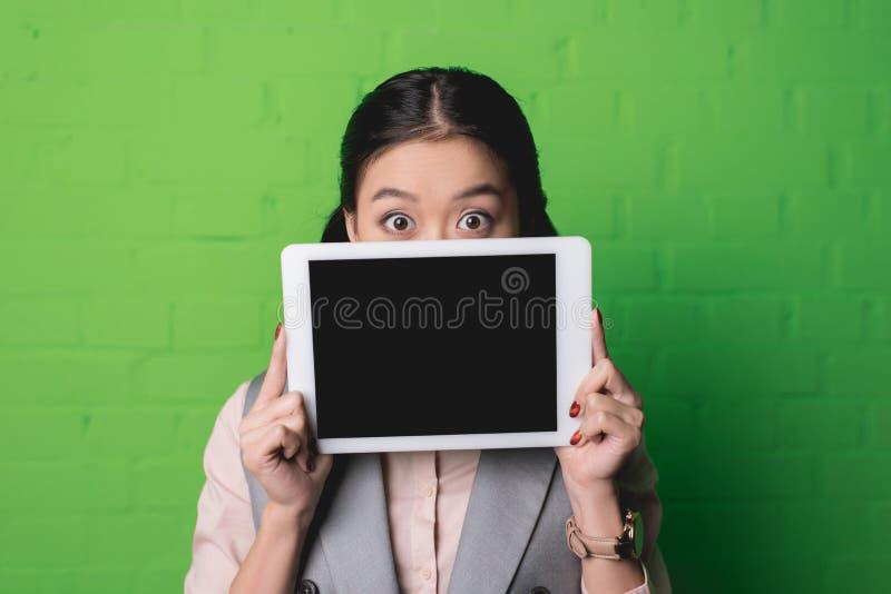 asiatisk kvinna som framlägger den digitala minnestavlan fotografering för bildbyråer