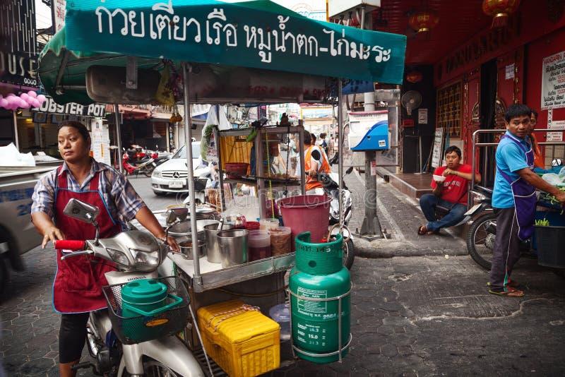 Download Asiatisk Kvinna Som Kör En Matvagn Som Säljer Gatamat Mobil Thailändsk Matförsäljare Redaktionell Bild - Bild av vagn, pork: 78729061