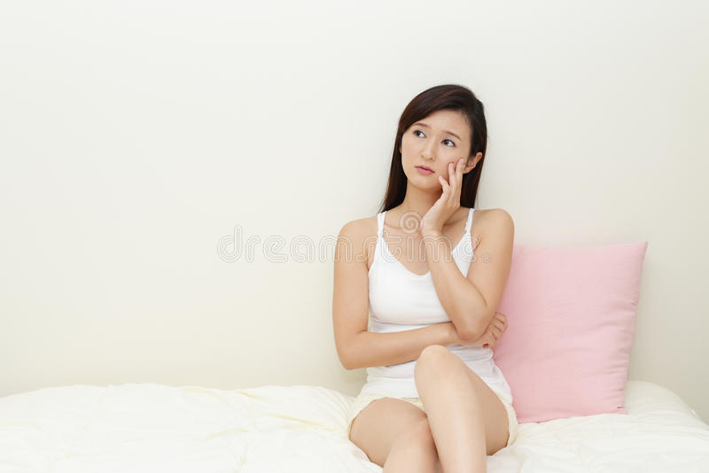 Asiatisk kvinna som oroas royaltyfria bilder