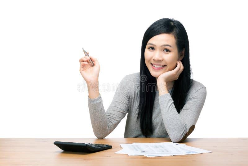 Asiatisk kvinna som räknar förbrukningen royaltyfri bild