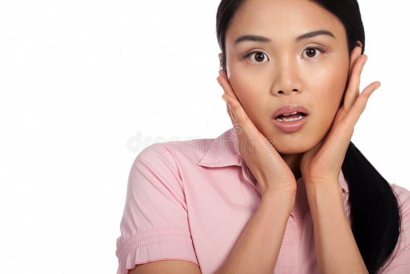 Asiatisk kvinna som reagerar i shock royaltyfria bilder