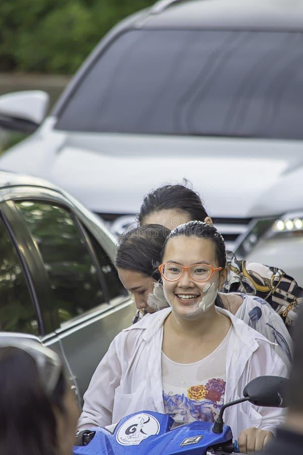 Asiatisk kvinna som rider ett motorcykellekvatten och mj?l i den Songkran festivalen eller thail?ndskt nytt ?r i Thailand p? sm?l royaltyfri fotografi