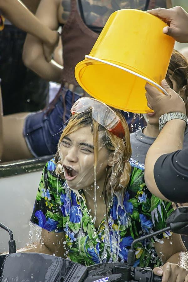 Asiatisk kvinna som rider ett motorcykellekvatten och mj?l i den Songkran festivalen eller thail?ndskt nytt ?r i Thailand p? sm?l arkivfoton
