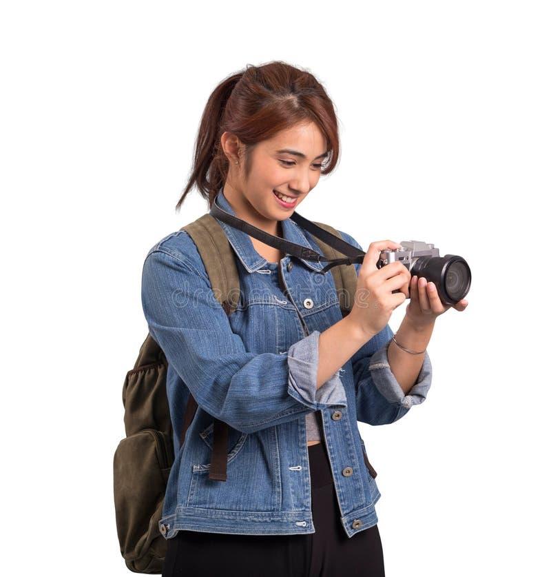 Asiatisk kvinna som rymmer en kamera isolerad på vit bakgrund royaltyfria foton