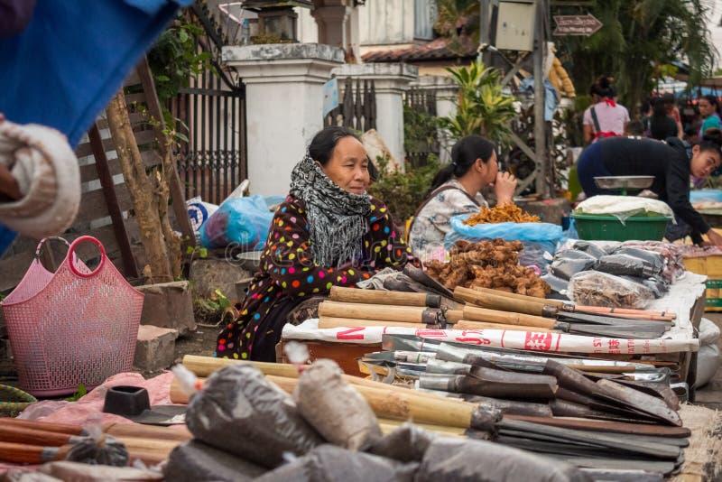 Asiatisk kvinna som säljer gods i en gatamarknad royaltyfria bilder