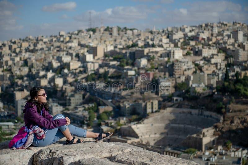 Asiatisk kvinna som ser sikt av den Amman staden, Jordanien royaltyfria bilder