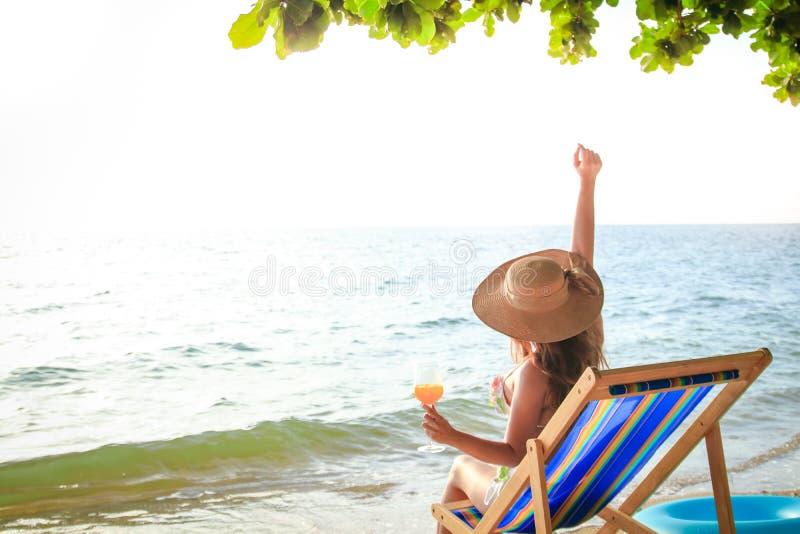 Asiatisk kvinna som sitter på havet royaltyfria foton