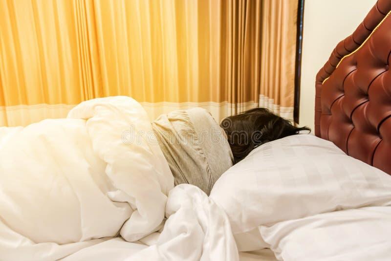 Asiatisk kvinna som sover på sängen royaltyfri bild