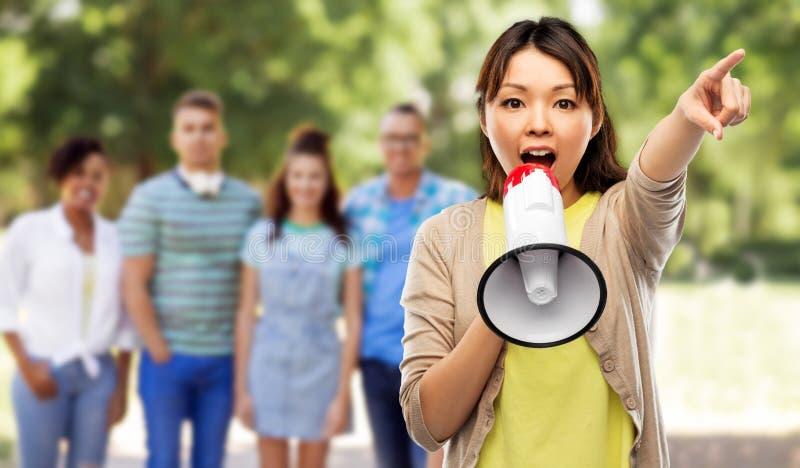 Asiatisk kvinna som talar till megafonen arkivbilder