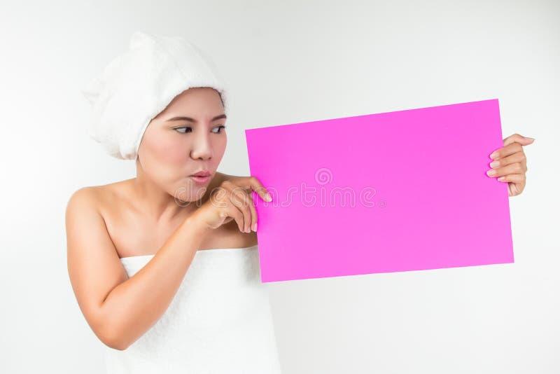 Asiatisk kvinna som visar det tomma kortet royaltyfri bild