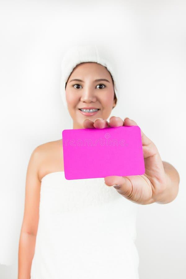 Asiatisk kvinna som visar det tomma kortet royaltyfria foton
