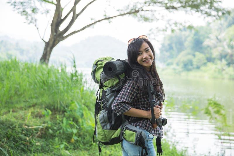 Asiatisk kvinnafotvandrare med ryggsäcken arkivbild