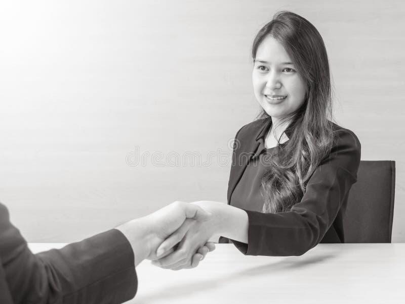 Asiatisk kvinnaframgång för Closeup som handlar affär med någon med den lyckliga framsidan i mötesrum på det suddiga den texturer royaltyfria foton