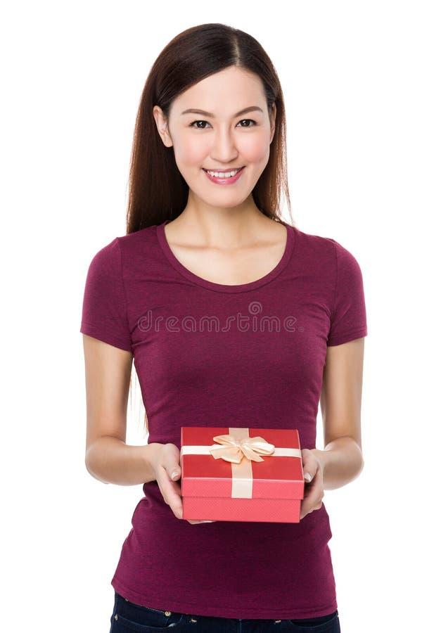 Asiatisk kvinnahåll med den närvarande asken arkivfoto
