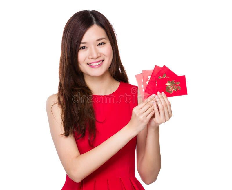 Asiatisk kvinnahåll med lyckliga pengar fotografering för bildbyråer