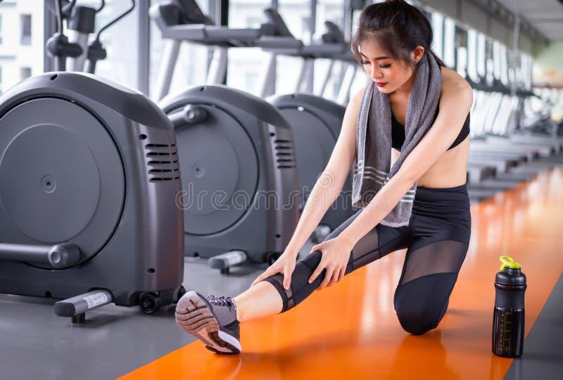 Asiatisk kvinnaidrottsman nen som str?cker ?vning efter genomk?rare arkivfoton