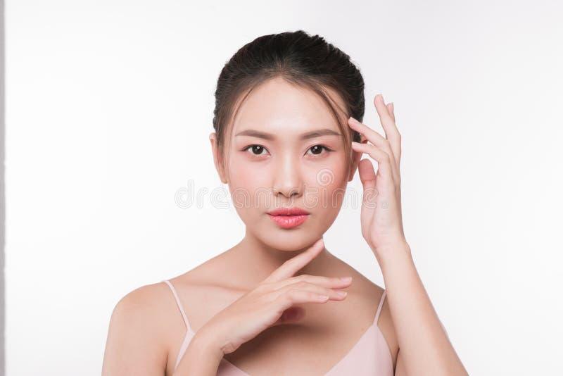 Asiatisk kvinnastående med perfekt ny ren hud Ansikts- fest arkivfoton