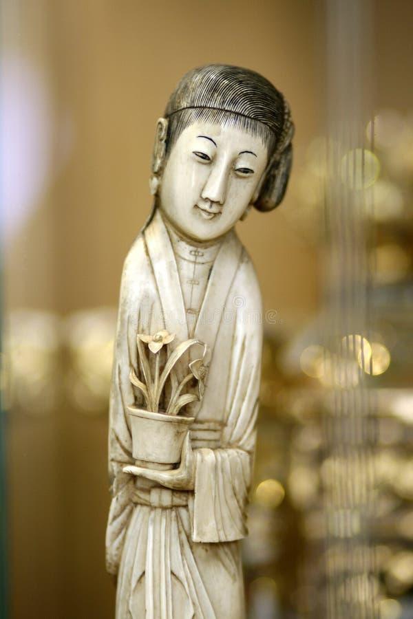 Asiatisk kvinnastaty för antikt elfenben royaltyfria bilder