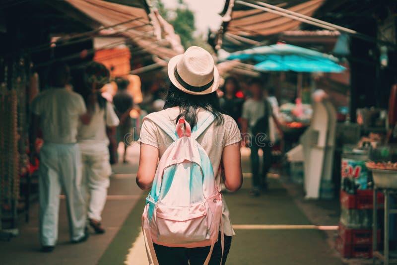 asiatisk kvinnaturist med ryggsäcklopp i marknad av Thailand arkivbilder
