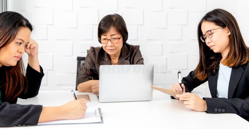 asiatisk kvinnaworking arkivfoton