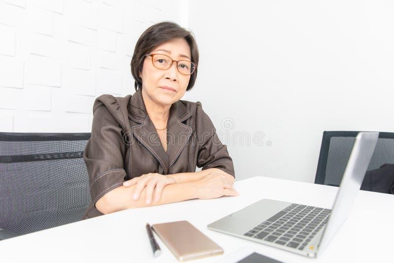 asiatisk kvinnaworking arkivfoto