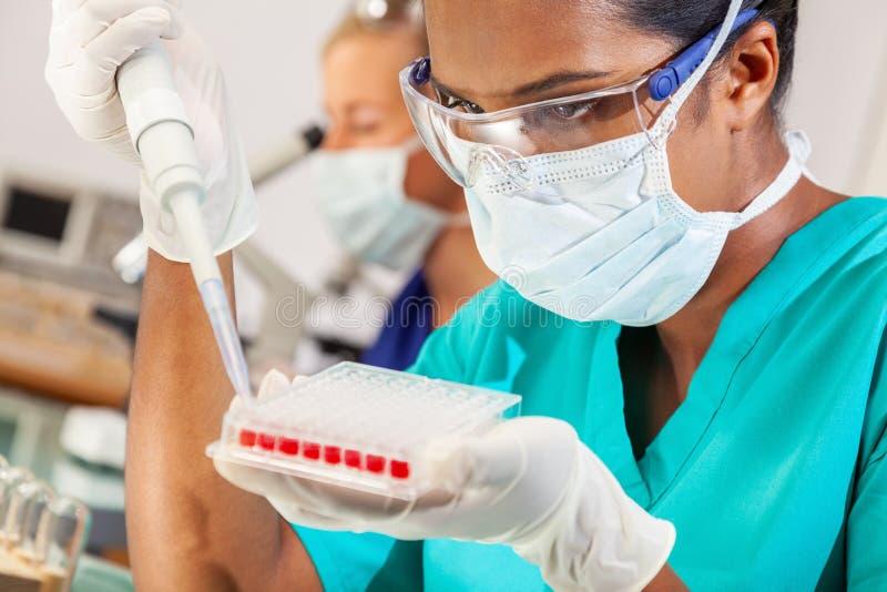 Asiatisk kvinnlig labb för forskareBlood Test Medical forskning arkivbild