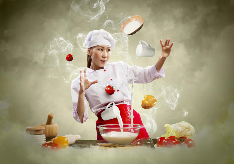 Asiatisk kvinnlig matlagning med magi royaltyfria bilder