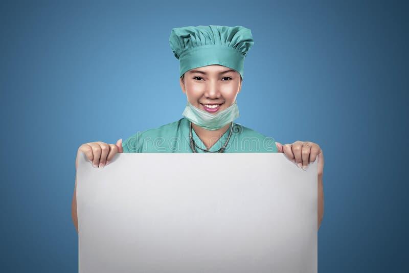 Asiatisk kvinnlig sjuksköterska som rymmer tomt papper royaltyfri bild