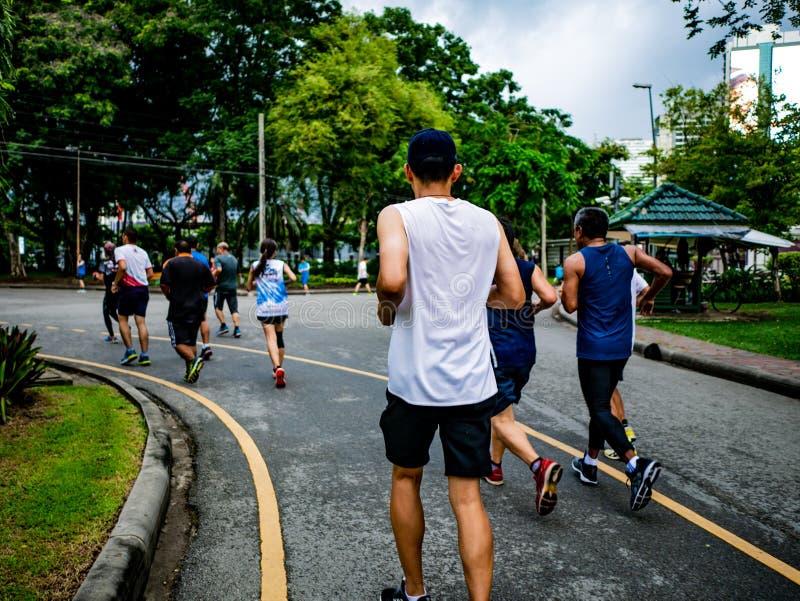 Asiatisk löparegrupp som joggar i staden Central Park arkivbilder