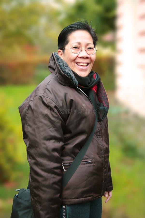 asiatisk le kvinna royaltyfri foto