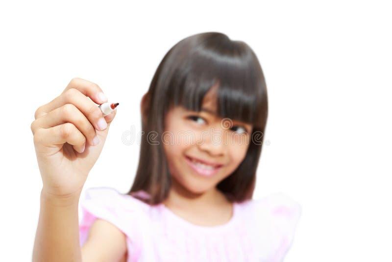 Asiatisk liten flickawriting på den tomma skärmen arkivfoton