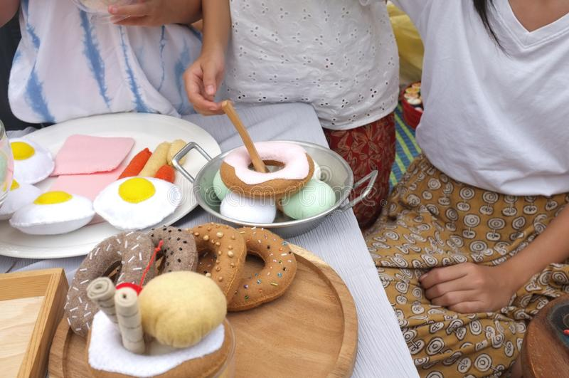 Asiatisk liten gullig flickalek är matsäljaren , Effekttappningsignal royaltyfria foton