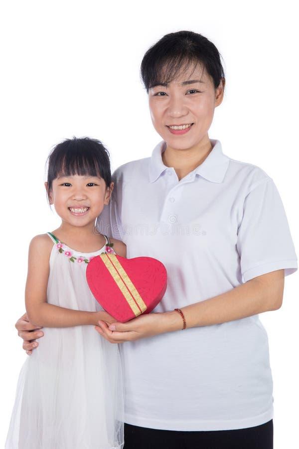 Asiatisk liten kinesisk flicka som firar dag för moder` s med hennes mamma arkivfoton