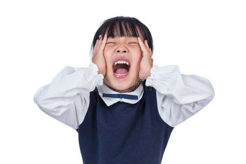 Asiatisk liten kinesisk flicka som skriker med händer på henne framsidan arkivbild