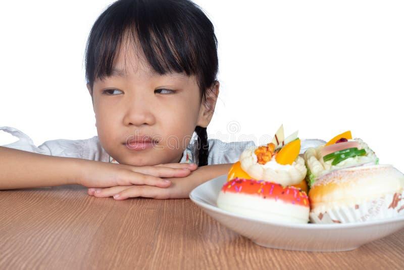 Asiatisk liten kinesisk flickamotviljaefterrätt royaltyfri fotografi