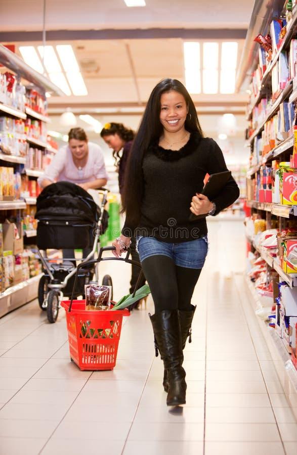 asiatisk livsmedelsbutikkvinna royaltyfri bild