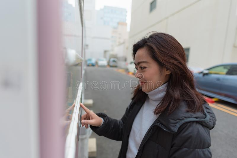 asiatisk lycklig kvinna arkivfoto